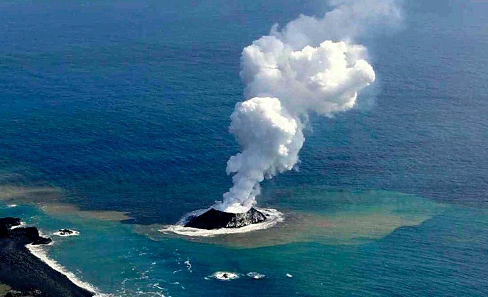 Un volcán submarino saca a flote diez navíos de la Segunda Guerra Mundial